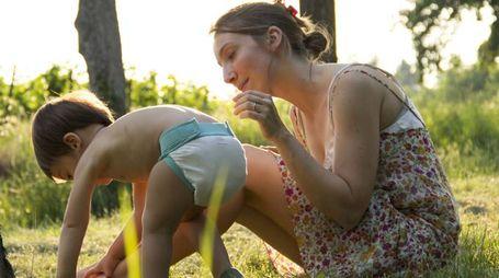 IMPRENDITRICE DI SUCCESSO Valentina Steinmann con il figlio  più piccolo. A sinistra: uno dei pannolini che produce con la sua Culla di Teby