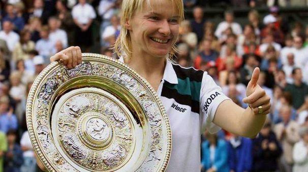 Jana Novotna con il trofeo di Wimbledon (Ansa)