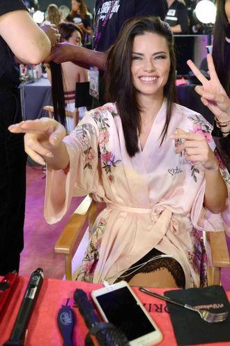 Il backstage del Victoria's Secret Fashion Show a Shanghai (foto Lapresse)