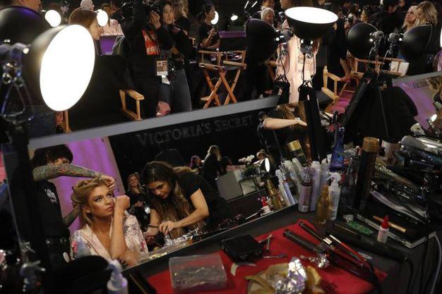Il backstage del Victoria's Secret Fashion Show a Shanghai (foto Ansa)