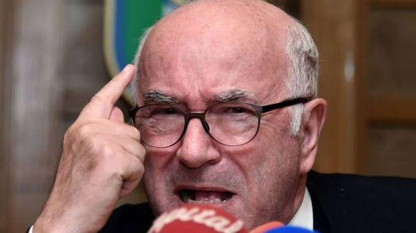 Carlo Tavecchio in conferenza stampa dopo le dimissioni (Afp)