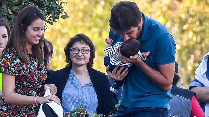 Alessandro Di Battista col figlio e la compagna Sahra (ImagoE)