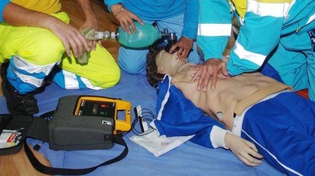 Manovre di rianimazione con un defibrillatore, in un'immagine di repertorio (Newpress)