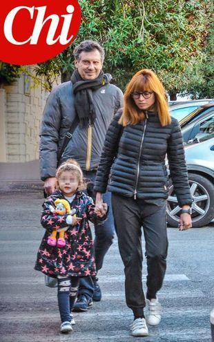 Fabrizio Frizzi su 'Chi' con moglie e figlia