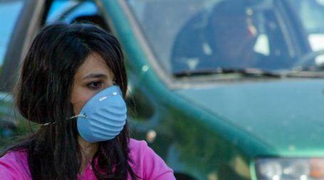 Ragazza con la mascherina contro l'inquinamento