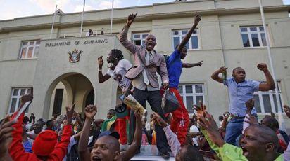 Festa in strada ad Harare per le dimissioni di Robert Mugabe (Ansa)