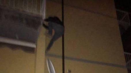 Il ladro immortalato mentre fugge dal terrazzo di un'abitazione in via Filippo De Boni