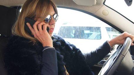 Controlli in borghese  della polizia municipale contro chi guida usando il telefonino: sono scattate altre  multe