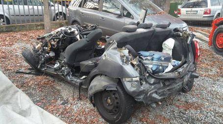 L'auto distrutta (Foto Alcide)