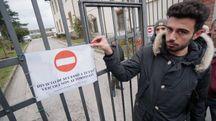 Lo studente Giulio Giacomelli all'ingresso del parcheggio chiuso (FotoCastellani)
