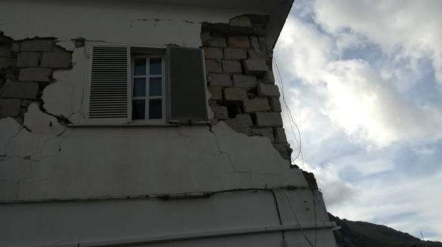 Una casa dopo una scossa di terremoto