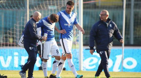 Alessandro Martinelli esce dolorante dal campo (Fotolive)