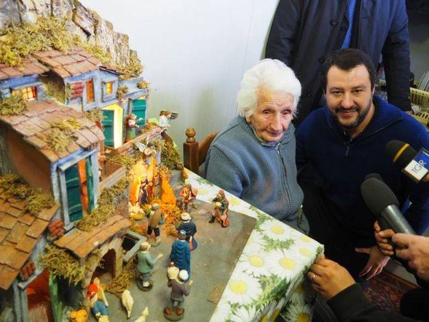Matteo Salvini con Peppina accanto al presepe (foto Conforti)