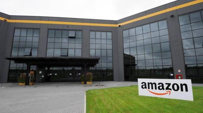 Il centro Amazon di Piacenza (Ansa)