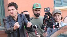 Giampaolo Morelli durante le riprese di Coliandro a Bologna