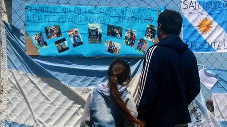Preghiere e disegni per i marinai scomparsi insieme al sottomarino argentino (Lapresse)