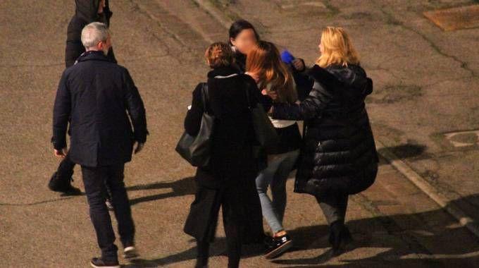 L'abbraccio tra le due studentesse americane violentate