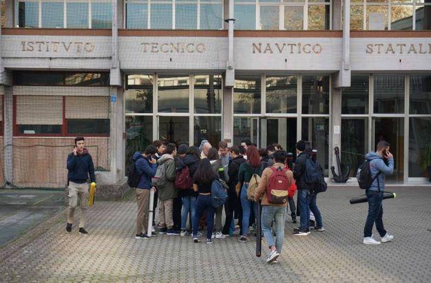 Istituto  Nautico, salta il quadro elettrico, scatta l'allarme che innesca il piano di evacuazione, 1600 studenti lasciano aule e laboratori. Intervento vigili del fuoco i tecnici Enel mette in sicurezza l'area (Foto Frascatore)