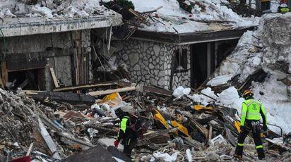 Le macerie dell'hotel Rigopiano devastato dalla valanga (Ansa)