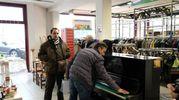 Il giorno della vendita del piano sul quale Vasco Rossi ha iniziato a cantare e suonare le prime note (FotoFiocchi)