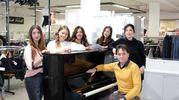 Il pianoforte con lo staff del 'Mercatino' (FotoFiocchi)
