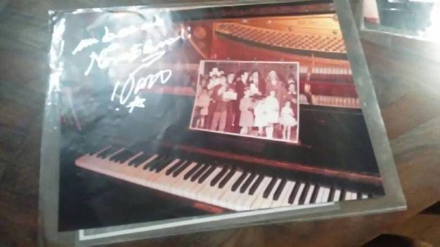 Il pianoforte con la foto e l'autografo di Vasco Rossi (FotoFiocchi)