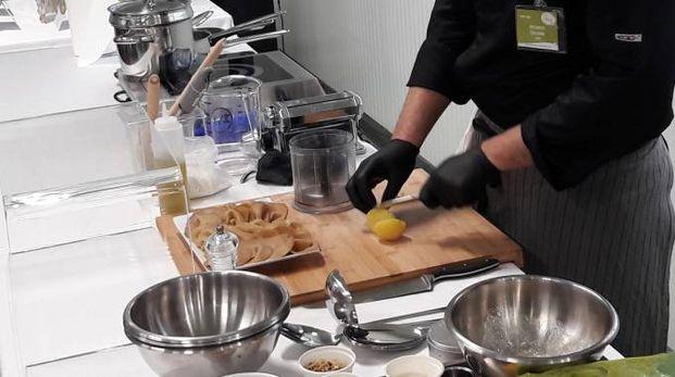 Lo chef Riccardo Facchini alle prese con ingredienti vegani