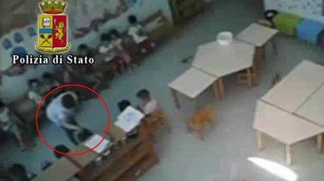 Un frame del video che documenta maltrattamenti all'asilo di Vercelli (Ansa)
