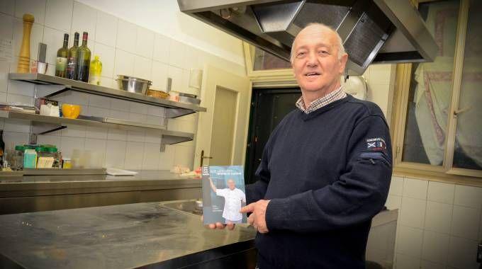 Mario Cattaneo con il libro di ricette e proverbi