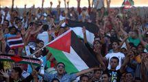 Supporter palestinesi allo stadio (Ansa)