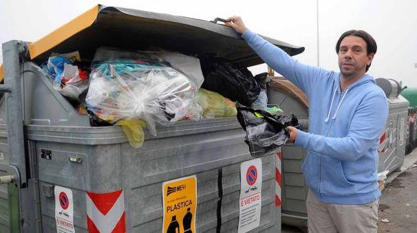 I cassonetti della plastica continuano a essere riempiti di sacchetti con il pattume indifferenziato
