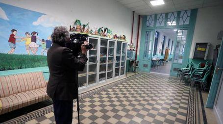 Uno dei corridoi della scuola elementare e d'infanzia 'Ragusa Moleti' (Ansa)