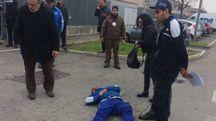 Un operaio ferito davanti all'azienda