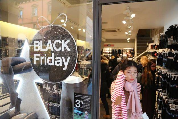 Anche file davanti ai negozi (foto Schicchi)
