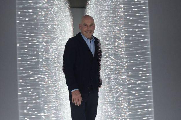 Andrea Riffeser Monti attraversa l'installazione Sense of Field (foto Schicchi)