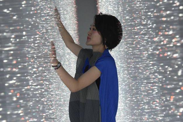 L'autrice Hitomi Sato nella sua installazione 'Sense of field' (foto Schicchi)