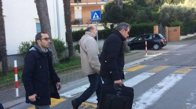 Simone Santoleri entra nella caserma dei carabinieri di Giulianova. A fianco il consulente e uno dei suoi avvocati