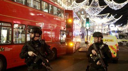 Polizia britannica presidia Oxford Street (Lapresse)