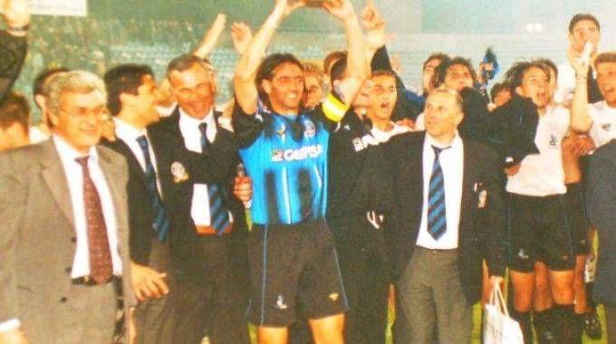 Paolo Andreotti solleva la Coppa Italia di C nel 2000 dopo la vittoria con l'Avellino