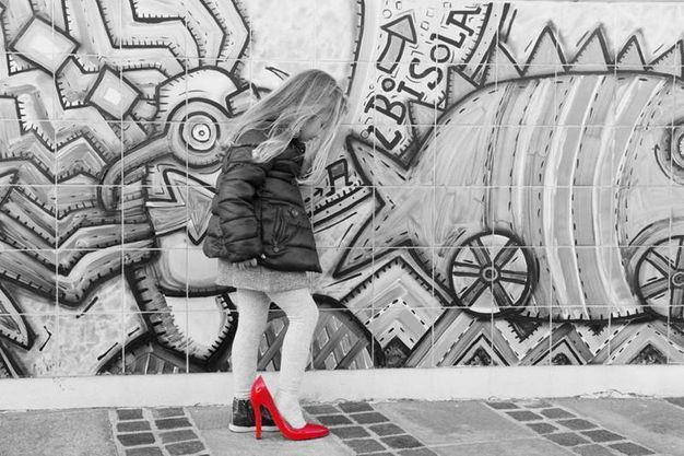Le scarpette rosse, simbolo della violenza (Ansa)