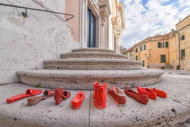 Le scarpette rosse realizzate dagli artisti ceramisti delle Albissole (Ansa)