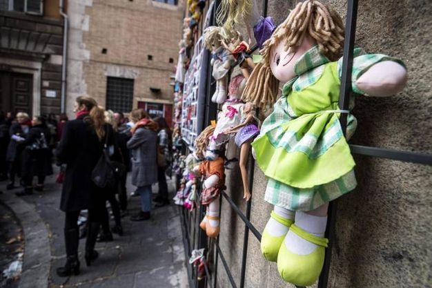 Roma, il 'muro delle bambole' (Ansa)