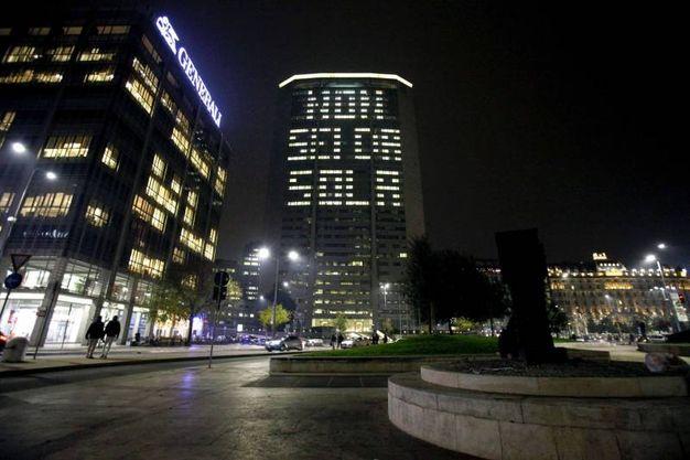 Milano, scritta sul grattacielo Pirelli 'Non sei da sola' (LaPresse)