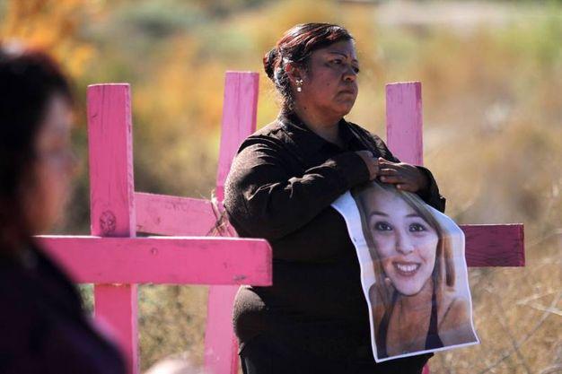 Messico, madre tiene stretta la foto della figlia uccisa ne 2012 (Afp)