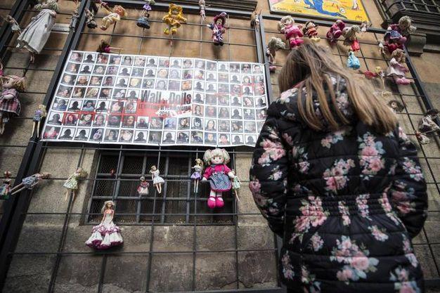 Roma, il 'muro delle bambole'
