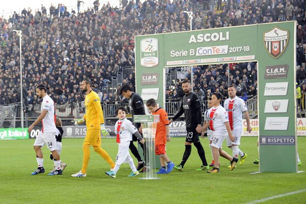 L'entrata delle squadre allo stadio Cino e Lillo Del Duca di Ascoli (foto LaPresse)