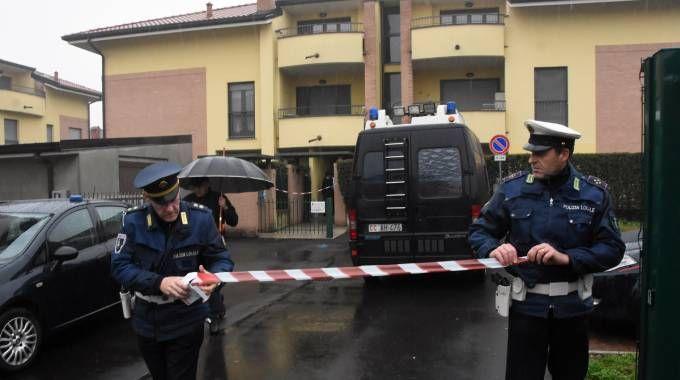 Forze dell'ordine fuori dalla palazzina teatro dell'omicidio