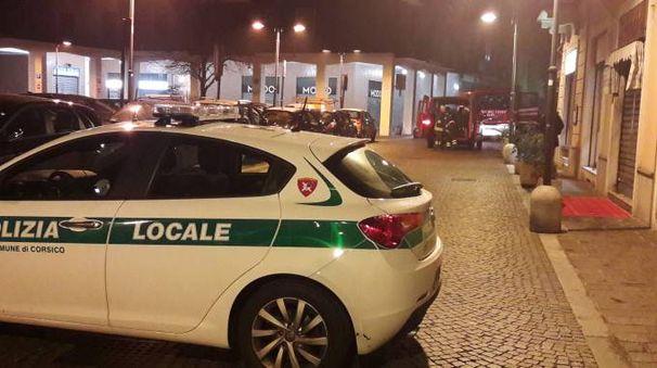 Polizia locale e vigili del fuoco in via Monti