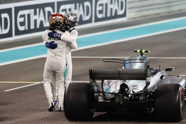 L'abbraccio in pista tra Bottas e Hamilton (Afp)