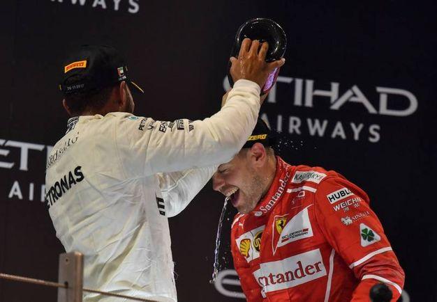 Da Hamilton una dpccoa di champagne per Vettel (Afp)